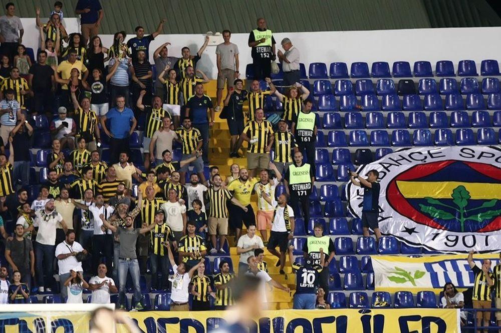 Με σημαία της ΑΕΚ οι οπαδοί της Φενέρ (photo)