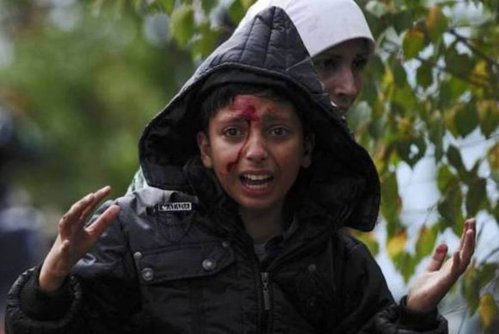 Σκόπια: Έκρυθμη η κατάσταση στα σύνορα με την Ελλάδα – Ξύλο και κρότου λάμψης κατά προσφύγων (video)