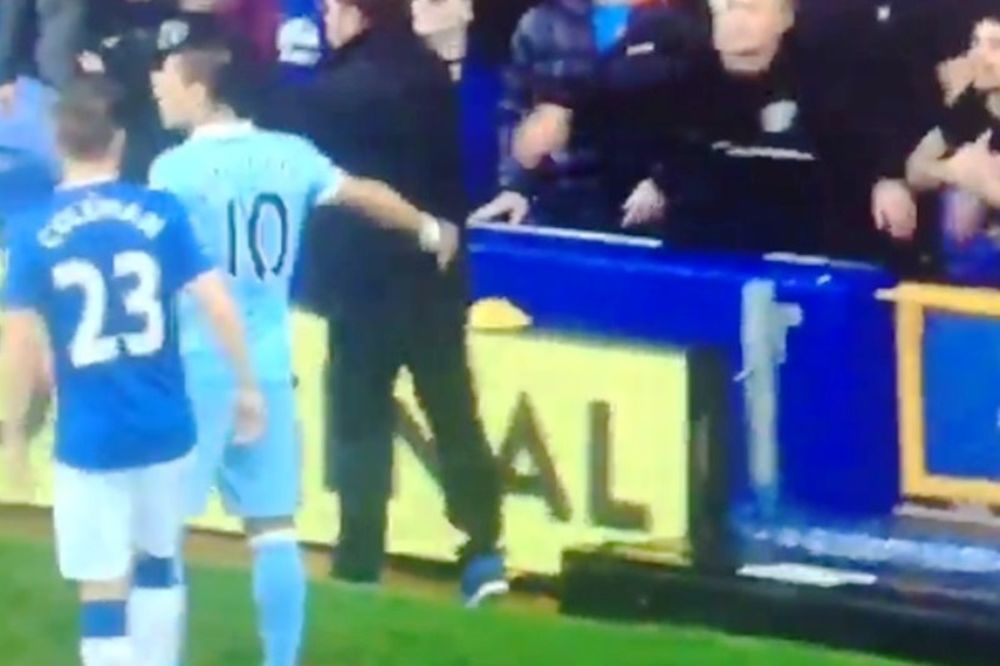 Ο Αγκουέρο σταμάτησε το παιχνίδι για την υγεία ενός φιλάθλου! (video)
