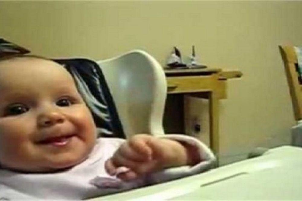 Θα γελάσετε πολύ: Μωρό δοκιμάζει παγωτό και…(βίντεο)