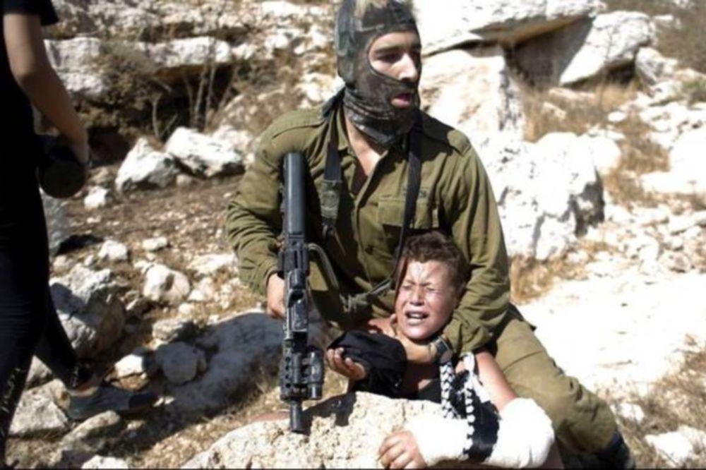Ισραηλινός στρατιώτης στοχεύει με όπλο παιδί – Δείτε την αντίδραση των Παλαιστίνιων μανάδων (video)