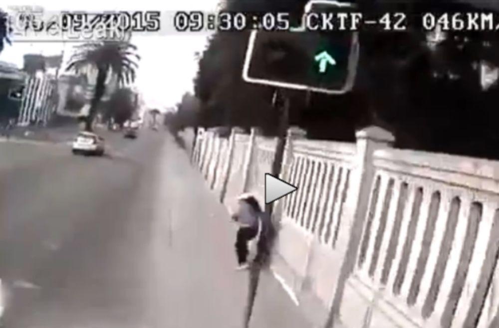 Μετωπική σύγκρουση οχήματος με φορτηγό (video)