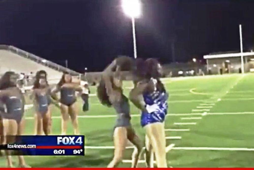 Τρελό ξύλο μεταξύ cheerleaders στην Αμερική! (video)