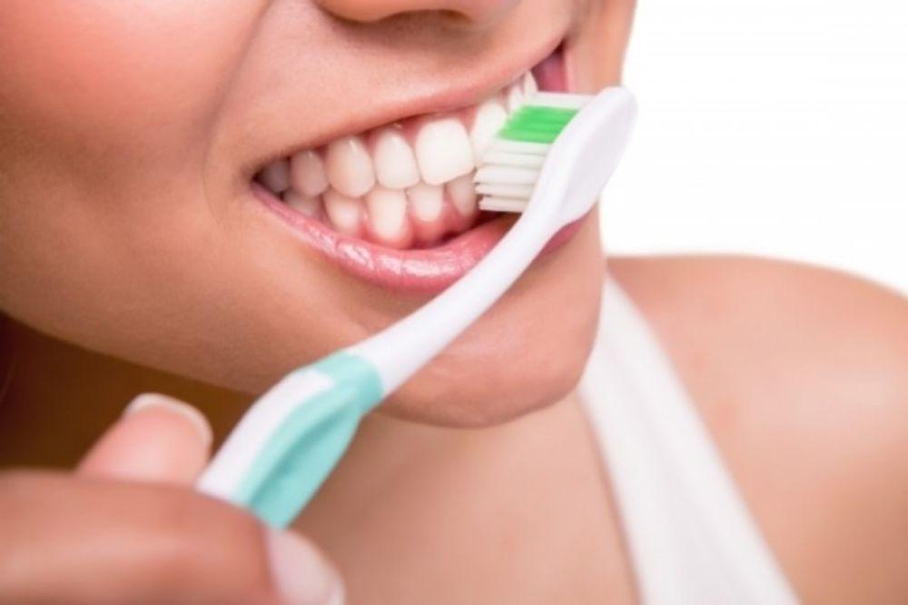 Θέλεις λευκά δόντια; Μάθε τι πρέπει να τρως