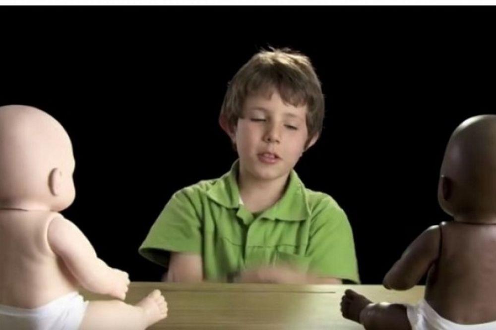 Το ψυχολογικό πείραμα με παιδιά για το ρατσισμό που συγκλονίζει (video)