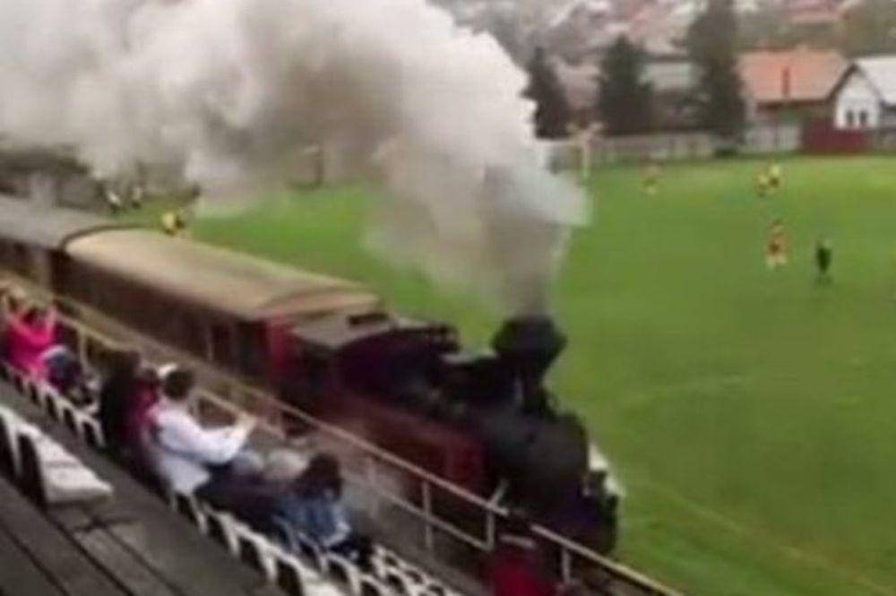 Απίστευτο! Τρένο πέρασε… μέσα από το γήπεδο! (video)