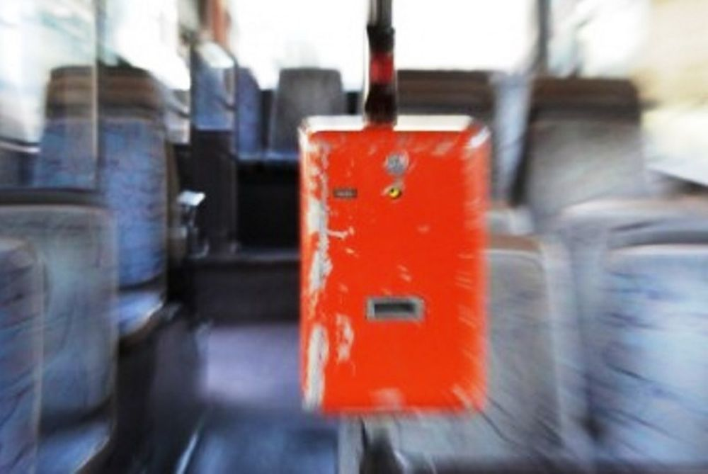 Κατέβασαν από λεωφορείο μαθητή για 1€ (videos)