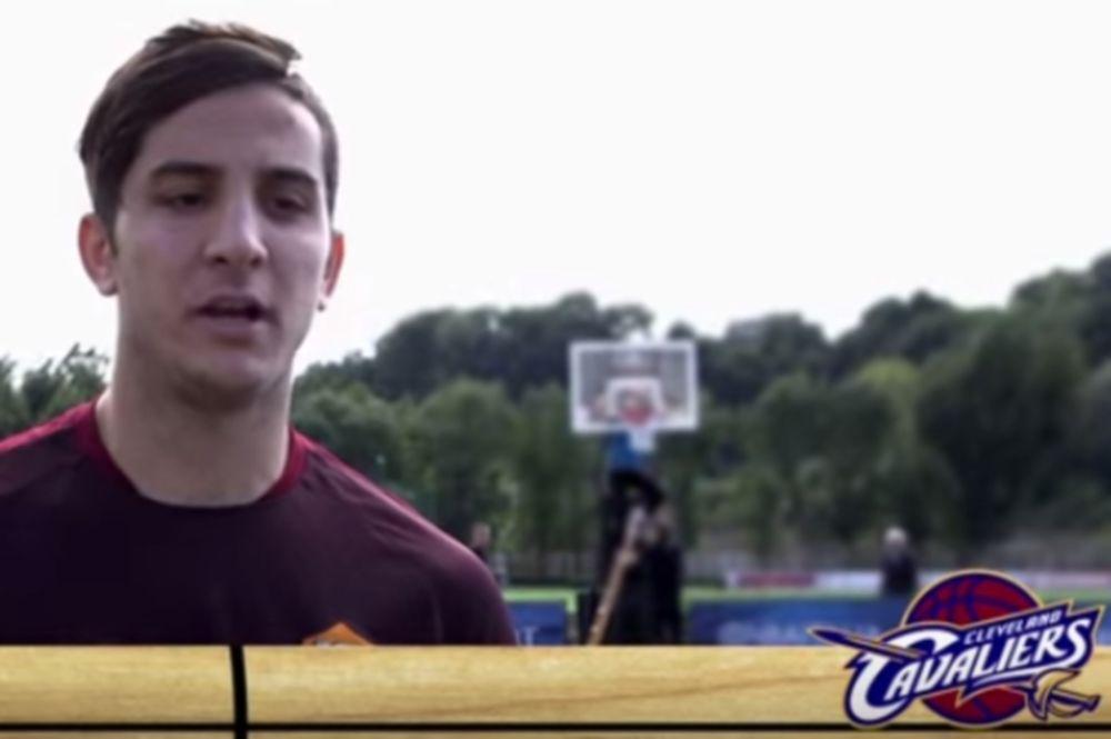 O Κώστας Μανωλάς το... γύρισε στο μπάσκετ! (video)