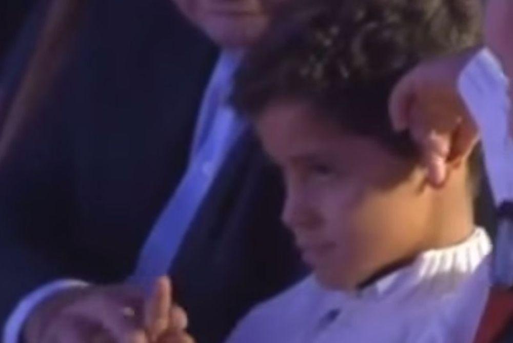 Ο γιος του Κριστιάνο και το κ@λοδάχτυλο! (video)