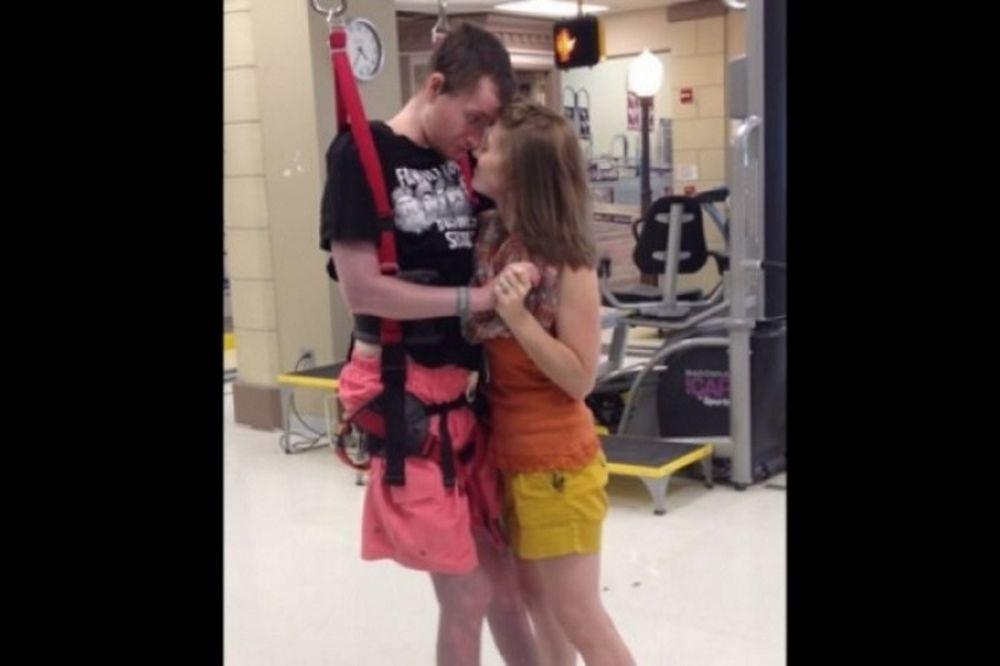 Τετραπληγικός μοιράζεται τον πρώτο του χορό με τη γυναίκα του (βίντεο)