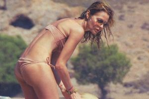 Η Τζένη Μπαλατσινού topless στην παραλία! (photos)