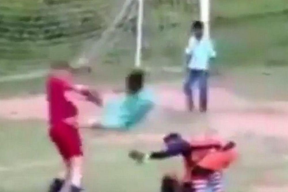 Ινδία: Απίστευτο ξύλο σε ματς παιδιών!!! (video)