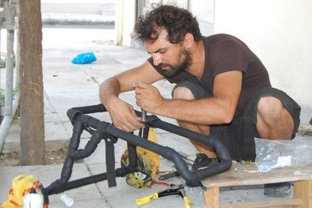 Ο υδραυλικός που βοηθάει ανάπηρα σκυλιά! (photos)