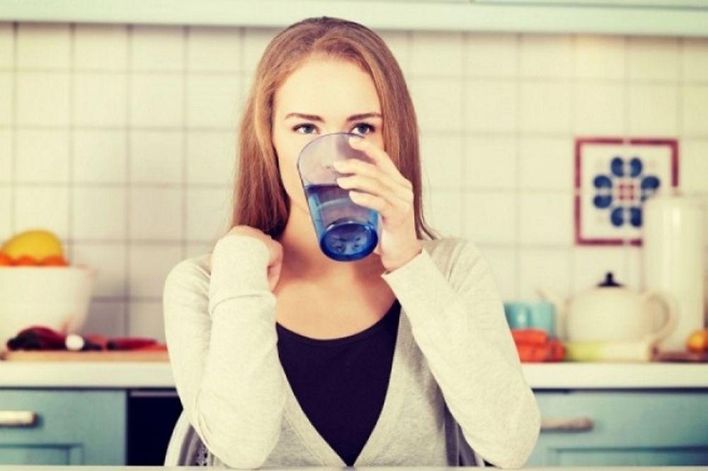 Γιατί πρέπει να πίνετε ένα ποτήρι χλιαρό νερό κάθε πρωί