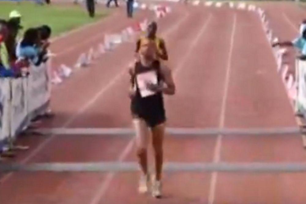 ΑΠΙΣΤΕΥΤΟ: Τερμάτισε πρώτος στον Μαραθώνιο τρέχοντας ένα χιλιόμετρο! (video)