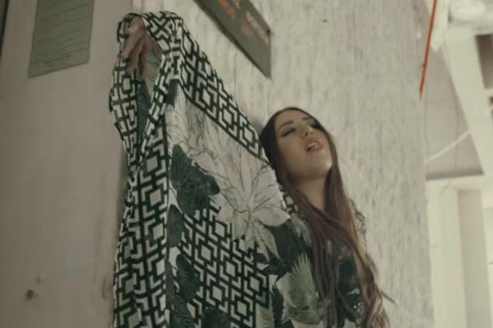 Το νέο τραγούδι της κόρης του Δημήτρη Σαραβάκου (video)
