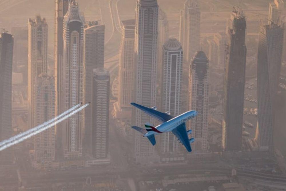 Το μεγαλύτερο αεροπλάνο κόσμου εναντίον... ιπτάμενου ανθρώπου! Δείτε ποιος κέρδισε. (video)
