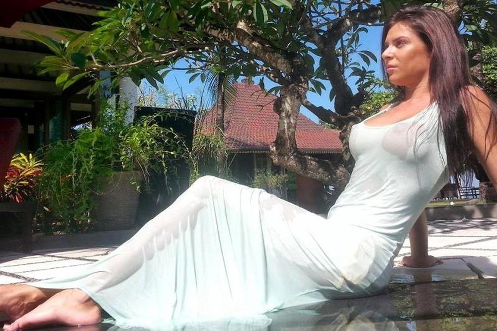 ΦΩΤΙΑ! Πρωταγωνίστρια της Sirina μόνο με την πετσέτα της! (photo)