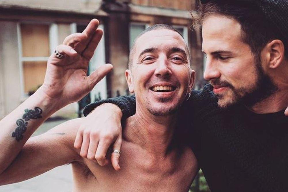 Ένας άνδρας στην Αγγλία προσφέρει δωρεάν κούρεμα σε άστεγους (photos)