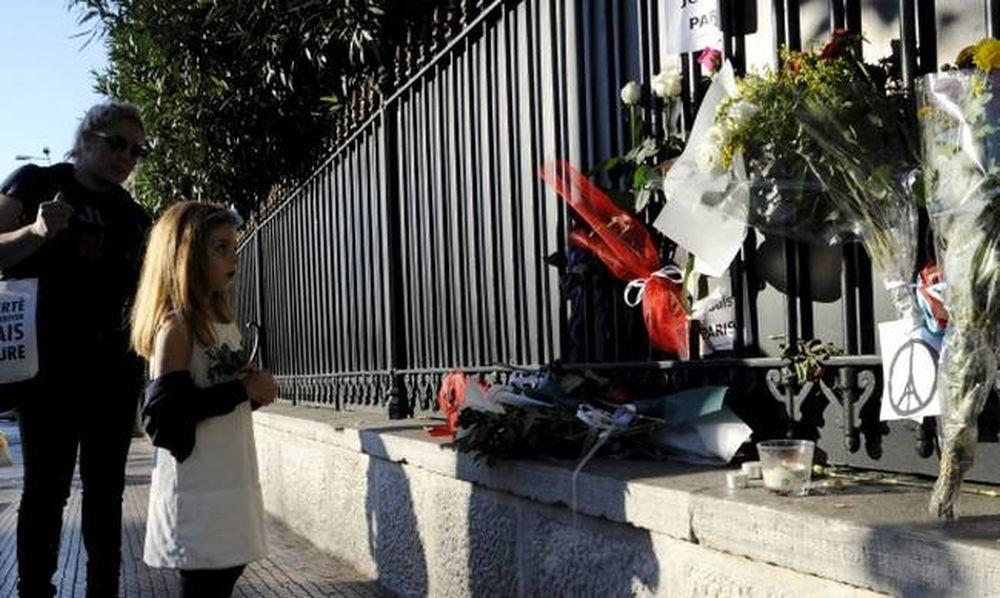 Επίθεση Παρίσι: Ένα λουλούδι ως ένδειξη συμπαράστασης σε όλες τις πρεσβείες του κόσμου (pics)