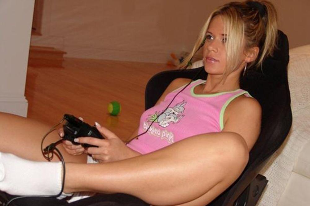 ΦΑΝΤΑΣΙΩΣΗ! Παίζουν ηλεκτρονικά με καυτά εσώρουχα! (photos)