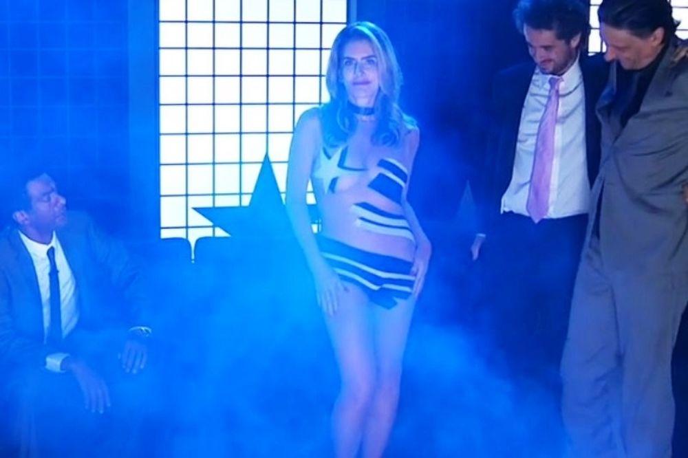 Καυτή 50άρα έκανε στριπτίζ on air για την ομάδα της! (videο)