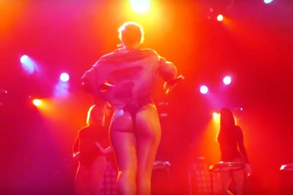 Τραγούδησε σχεδόν γυμνή! (photos+video)