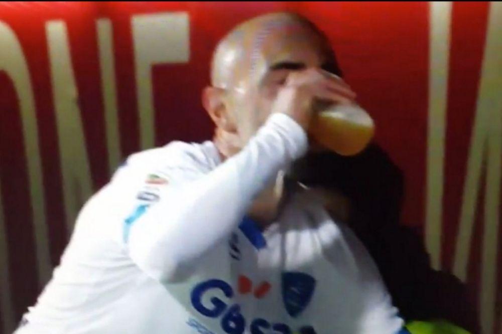 Πανηγύρισε γκολ του πίνοντας… μπύρα ο Μακαρόνε! (video)
