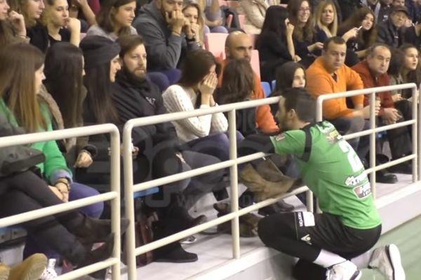Παίκτης της Ορεστιάδας έκανε πρόταση γάμου στον αγώνα! (video)