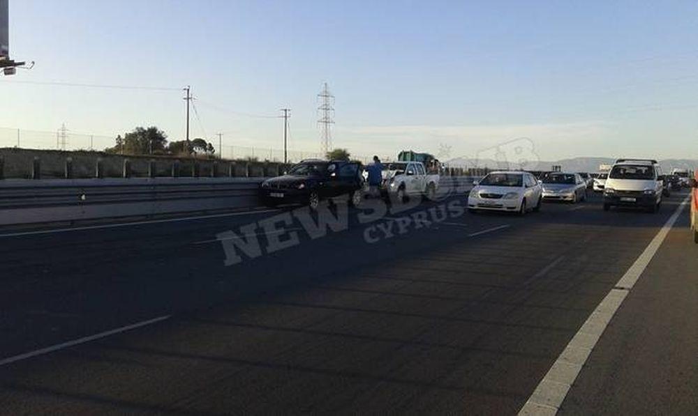 Καραμπόλα στον αυτοκινητόδρομο - Αυτοκίνητο τυλίχθηκε στις φλόγες (photos)