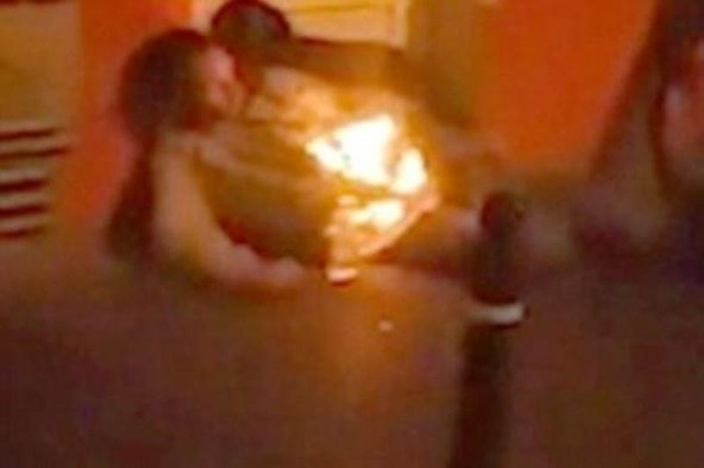Άνδρας γίνεται ανθρώπινος πυρσός μπροστά στην κάμερα! (Video)