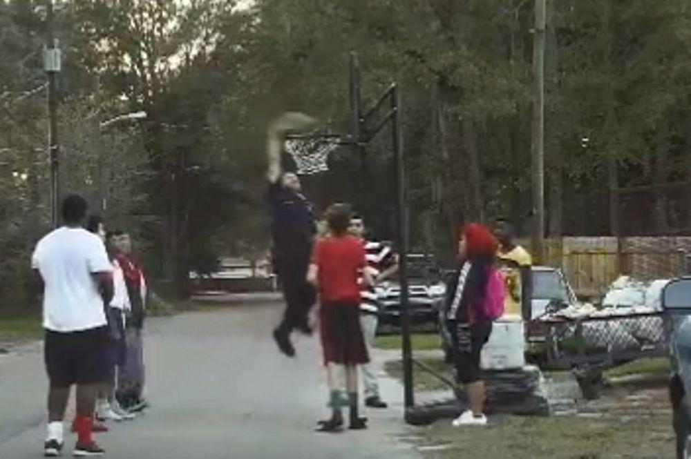 ΑΠΙΣΤΕΥΤΟ: Αστυνομικός κλήθηκε για να σταματήσει παιδιά που έπαιζαν και... κάρφωσε! (video)