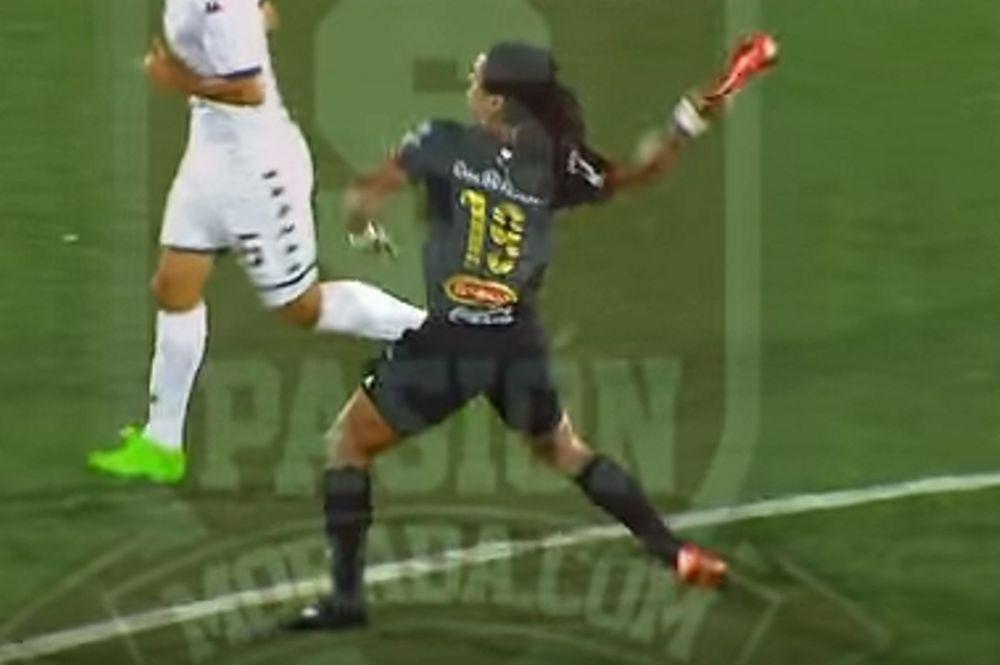 Απίστευτο: Παίκτης πετάει το παπούτσι του σε αντίπαλο! (video)