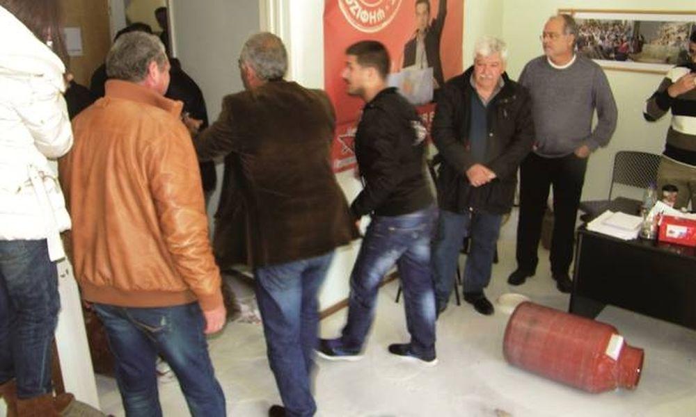 Έριξαν γάλα και έκαψαν σημαίες του ΣΥΡΙΖΑ στα γραφεία του κόμματος (pics)
