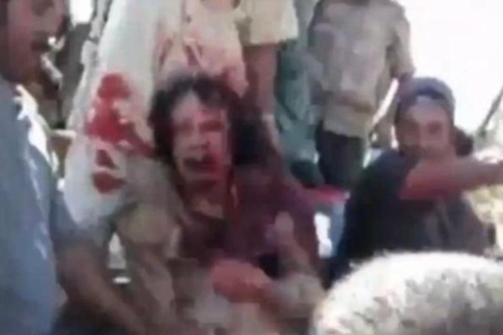 Εικόνες σοκ! Ο Καντάφι παρακαλούσε το πλήθος για τη ζωή του (video)