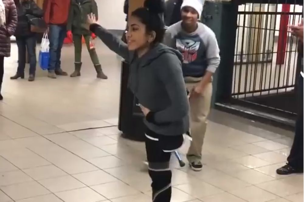 Τους τρέλανε με το χορό της και ας έχει μόνο ένα πόδι! (video)