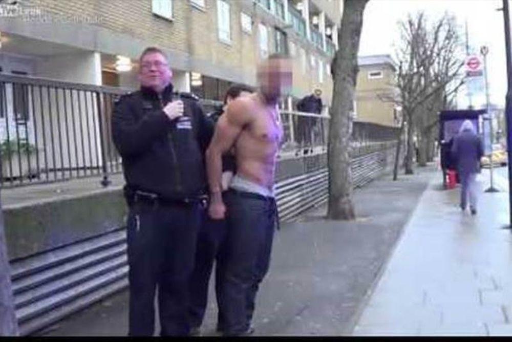 Βίντεο-θραύση: Δείτε τι έπαθε καθώς αστυνομικοί του περνούσαν χειροπέδες (video)
