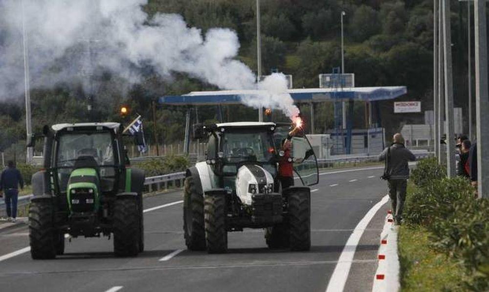 ΧΑΜΟΣ: Οδηγοί φορτηγών έσπασαν το αγροτικό μπλόκο!