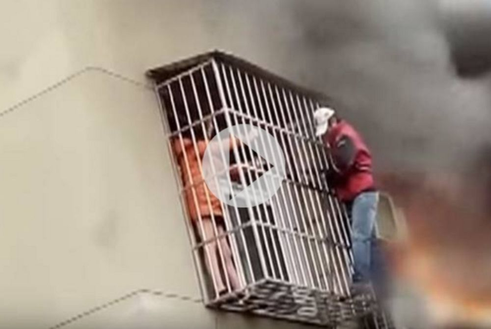 Κίνα: Ήρωας έσωσε γυναίκα από φλεγόμενο κτίριο (video)