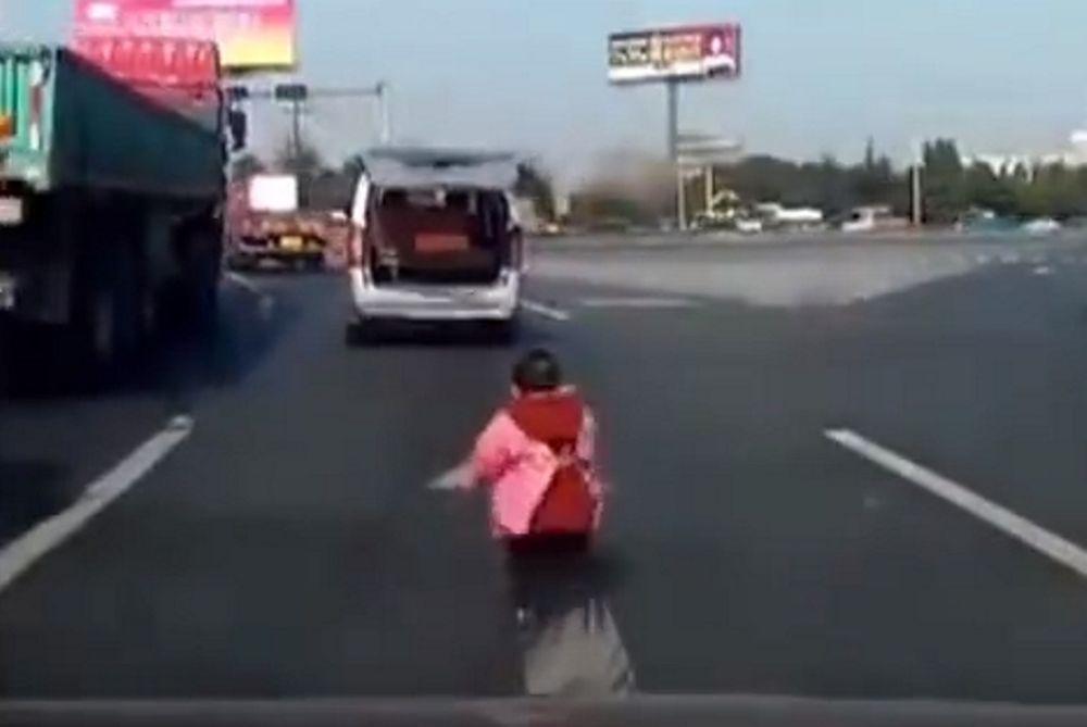Aπαράδεκτος πατέρας: Του έπεσε το παιδί στο δρόμο και δεν πήρε χαμπάρι! (video)
