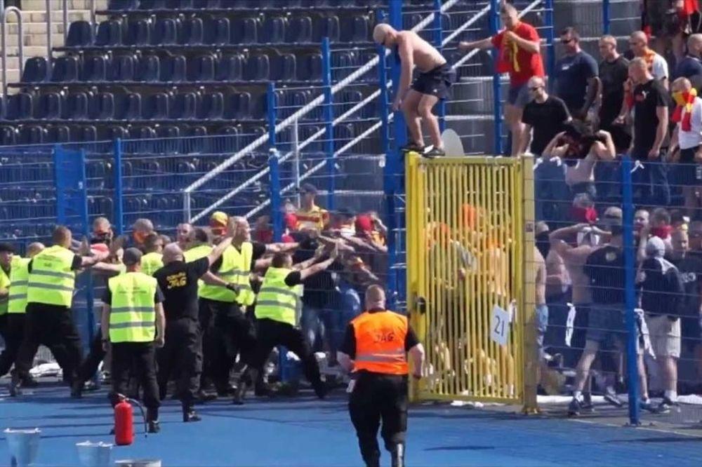 Γυναικείο ποδόσφαιρο: Οπαδοί εισέβαλαν στο γήπεδο και έδειραν τις παίκτριες! (photos)