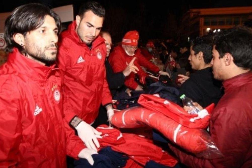 Ρομπέρτο και Τσόρι έπαιξαν μπάλα με τους πρόσφυγες! (photos+video)