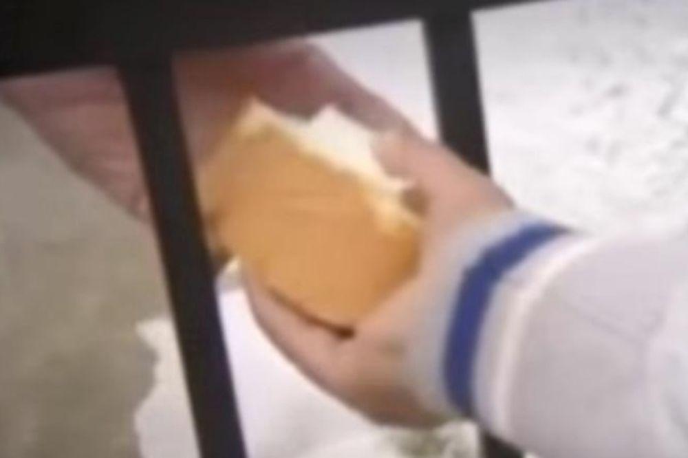 Συγκλονίζει το video με τη δακρυσμένη γιαγιά που μοιράζει φαγητό στα προσφυγόπουλα