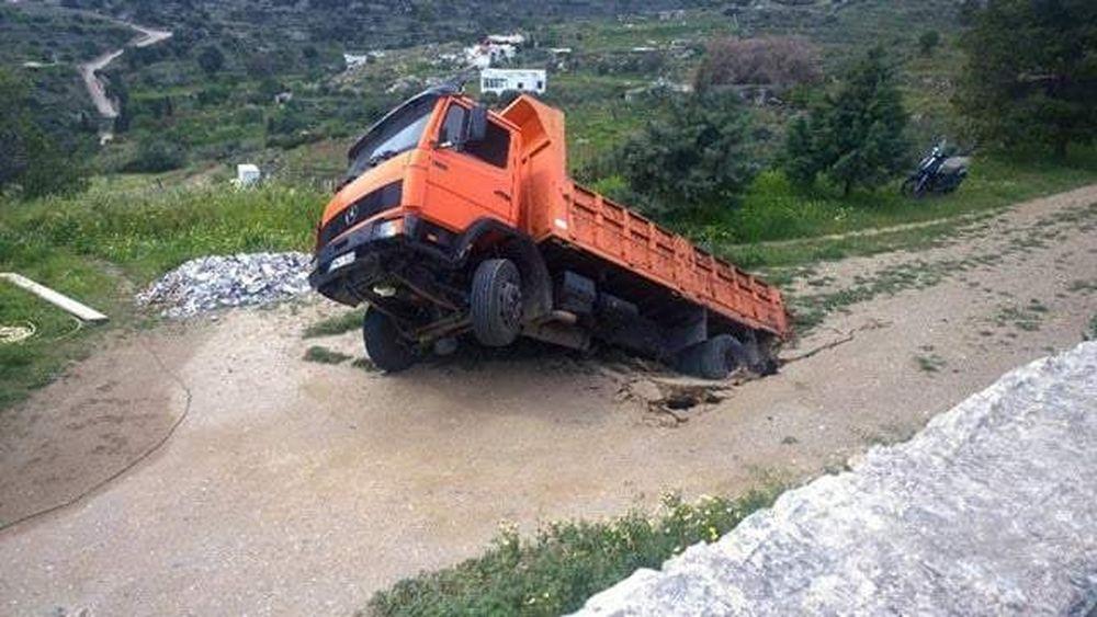 ΑΠΙΣΤΕΥΤΟ: Δρόμος «κατάπιε» φορτηγό στη Σύρο!