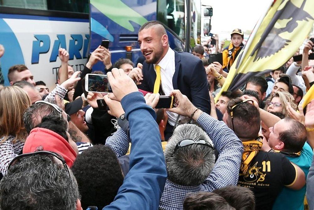 Σήκωσαν τους παίκτες της ΑΕΚ στα χέρια! (photos)