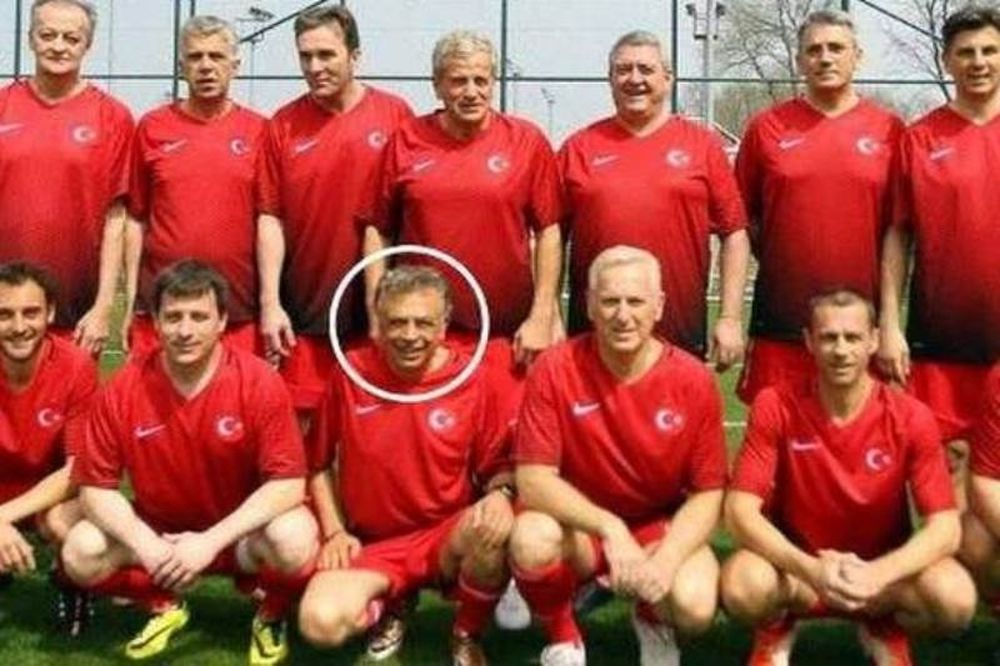 Για αυτό ο πρόεδρος της Κυπριακής Ομοσπονδίας Ποδοσφαίρου φόρεσε τουρκική φανέλα!
