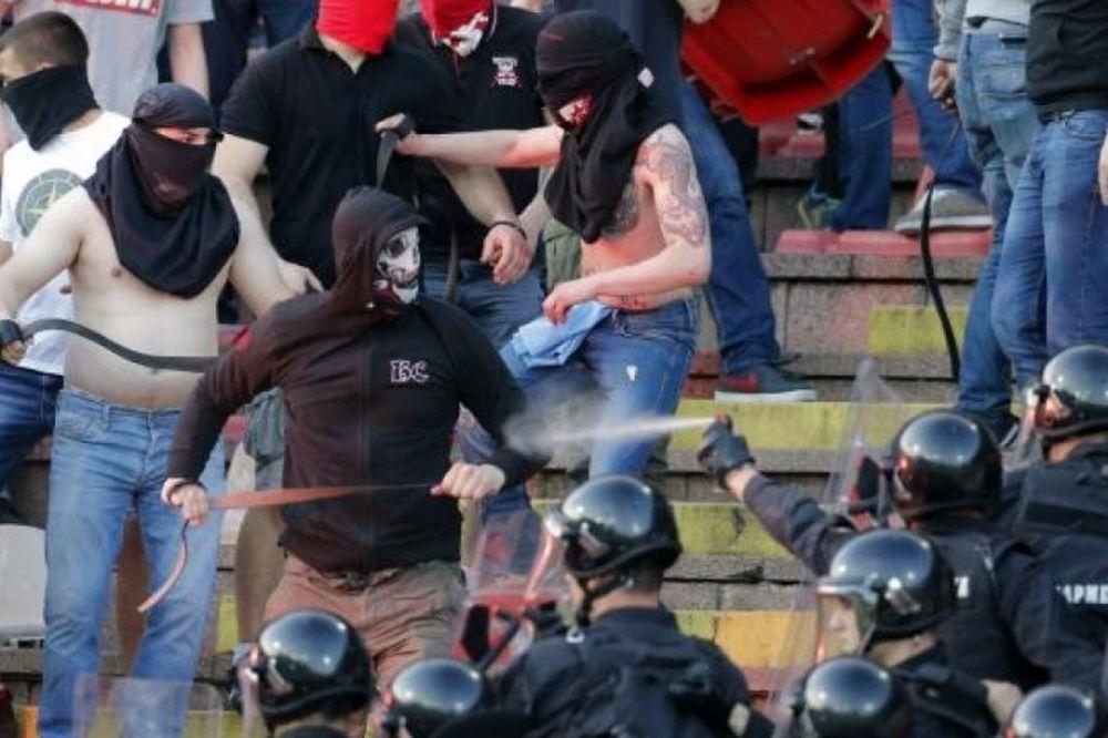 Τρομερά επεισόδια στο «classicο» της Σερβίας – έπεσαν και μαχαιριές! (photos+video)