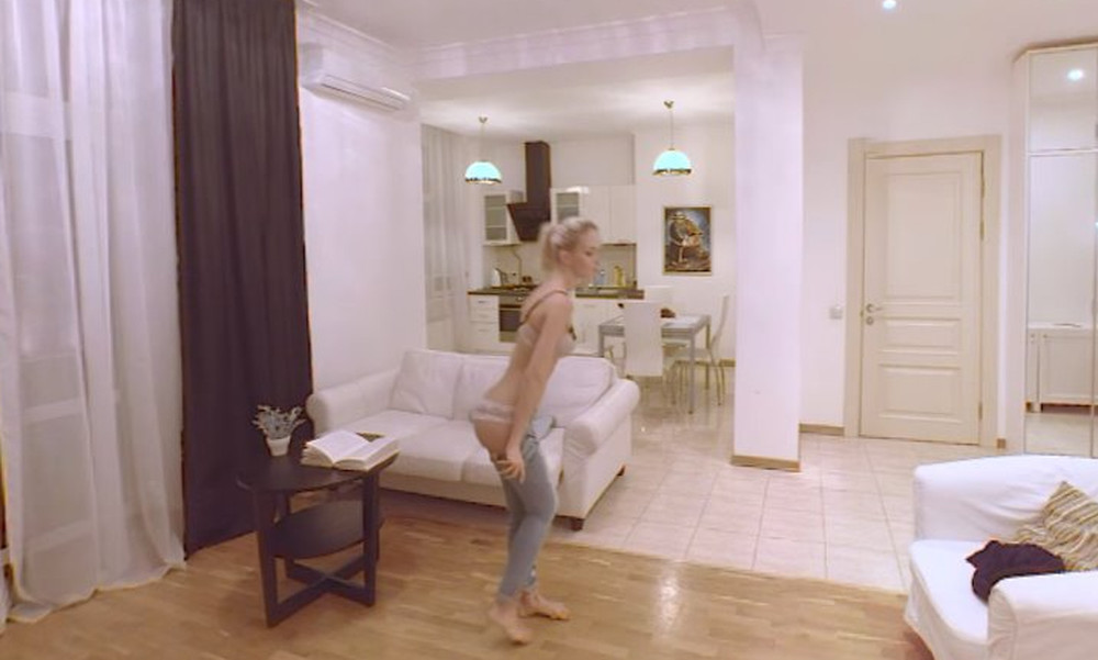 Κόλαση! Καυτή ξανθιά τα πετάει όλα μπροστά στην κάμερα! (video)