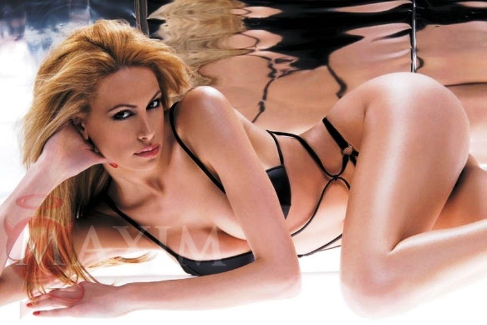 Τα καυτά γυμνά της Ελληνίδας ξανθιάς θεάς! (photos)
