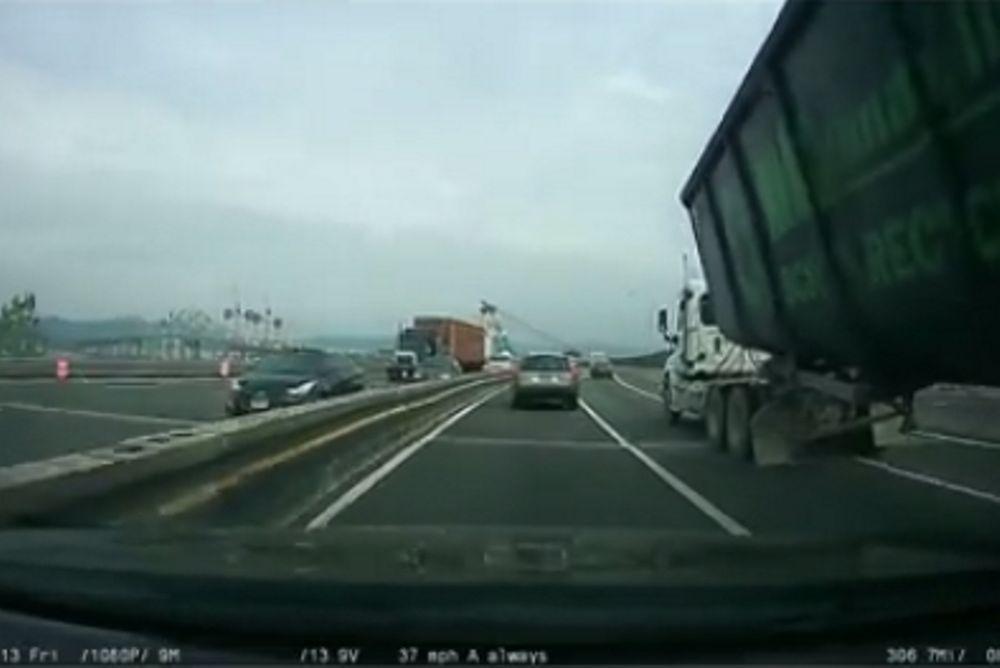 Σοκ: Φορτηγό τουμπάρει την ώρα της προσπέρασης! (video)